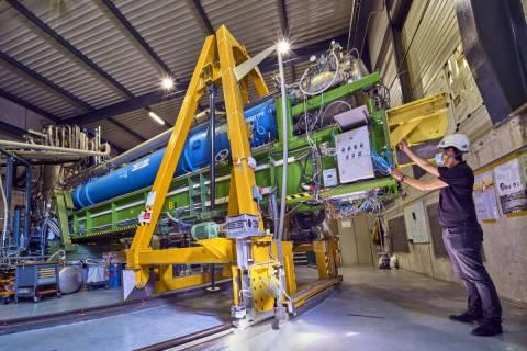 El investigador Sergio Arguedas Cuendis, preparando el experimento. Foto del CERN