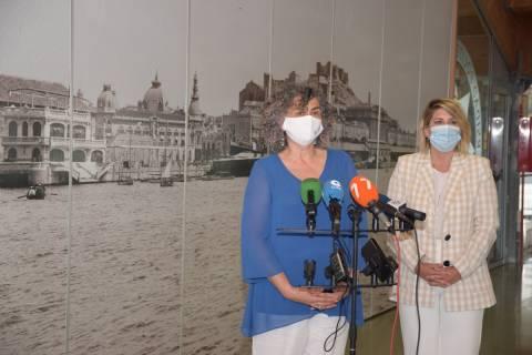 La rectora y la alcaldesa, explicando la iniciativa a los medios en el CIM.