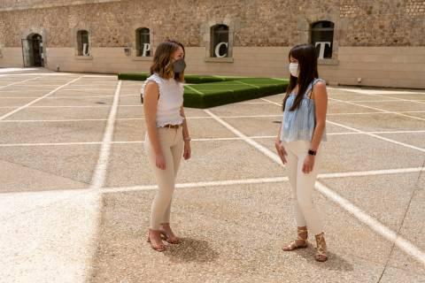 Las alumnas Clara Cubillas y Macarena Bastida, en el CIM.