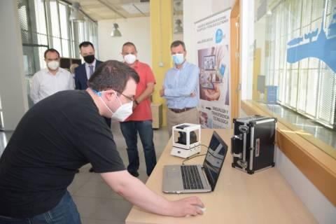Daniel Carreres mostrando el equipo patentado. Al fondo, responsables de Hidrogea, la Fundación Séneca y el grupo de investigación DINTEL.
