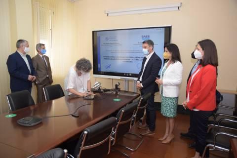 La rectora, Beatriz Miguel, firmando la creación de la nueva cátedra.