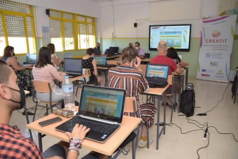 Profesores formándose, hoy en el Centro de Adultos Infante.
