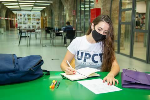 Una alumna en el CRAI Biblioteca del Campus Muralla del Mar.