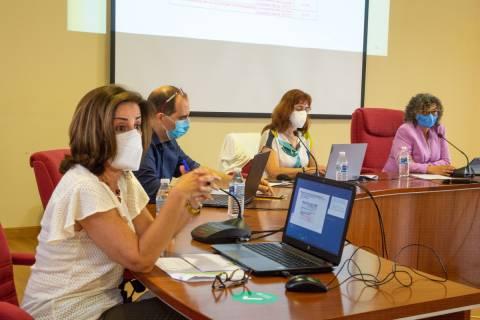 La vicerrectora de Investigación, Catalina Egea, explicando las convocatorias de ayudas.
