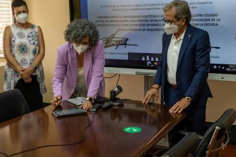La rectora y el decano del Colegio, firmando el convenio.