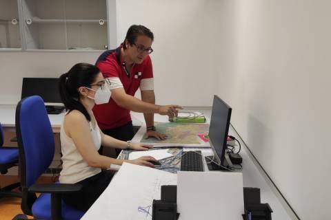 El profesor Salvador García-Ayllón con una becaria de la cátedra del Ayuntamiento, en una foto de archivo.