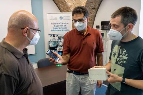 Joan García, Antonio Javier García y Rafael Asorey, observando los datos registrados por el medidor de partículas.
