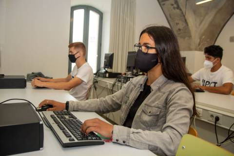 Estudiantes en un aula informática.