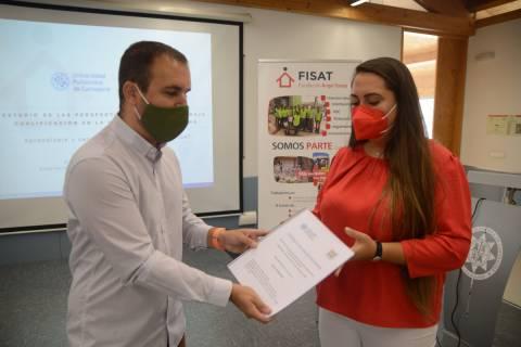 David Barqueros, de FISAT, recibiendo el trabajo realizado por la alumna, Marta de Lara.