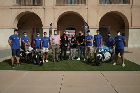 Integrantes de Moto UPCT con responsables de Shiro Helmets y el director de Industriales.