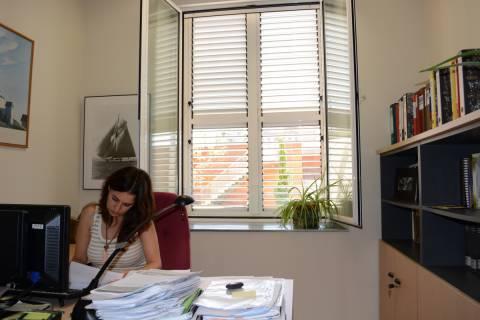 Imagen de archivo de una trabajadora de la UPCT en su despacho.