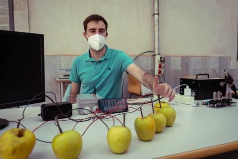 Francisco Martínez, voluntario de IEEE, pulsando una de las manzanas del teclado electrónico.