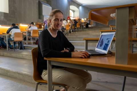 Ana Cánovas, en una zona de estudio de la Escuela de Industriales, mostrando las microturbinas que ha analizado en su TFG.