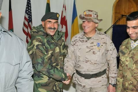 Martínez Valera con un general afgano en un acto de entrega de la jefatura del Estado Mayor en el Oeste de Afganistán.