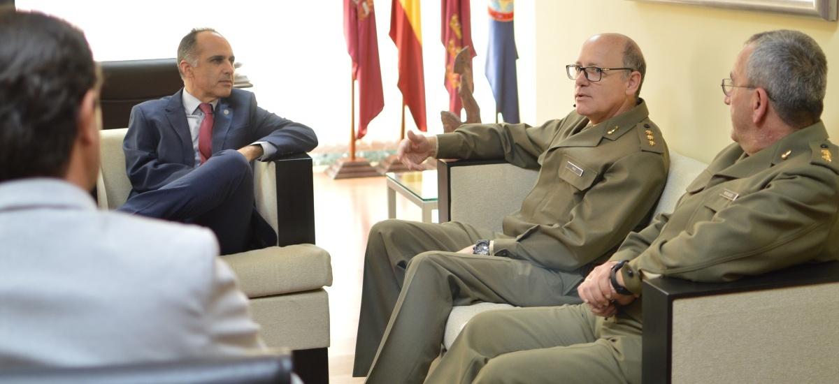 El nuevo coronel del Regimiento de Artillería visita la UPCT