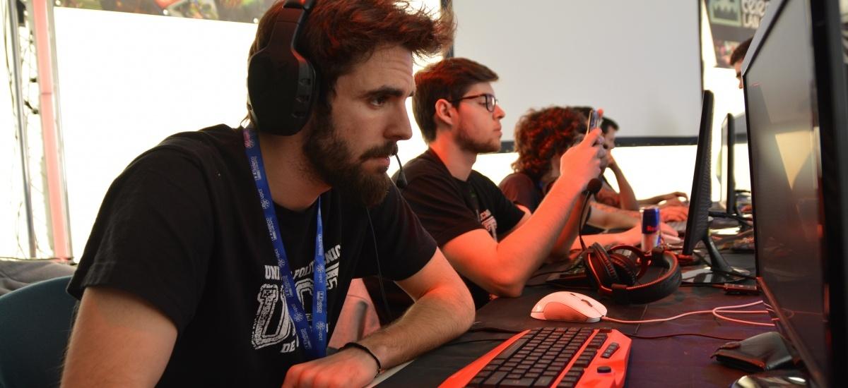 Tres centenares de apasionados por los videojuegos disfrutan hasta el martes de la Teleco LAN Party
