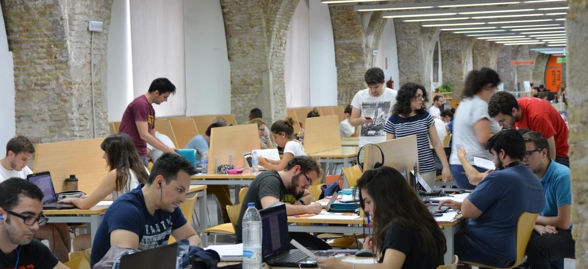 El CRAI biblioteca del Campus de la Muralla abre hasta medianoche y los fines de semana para preparar los exámenes
