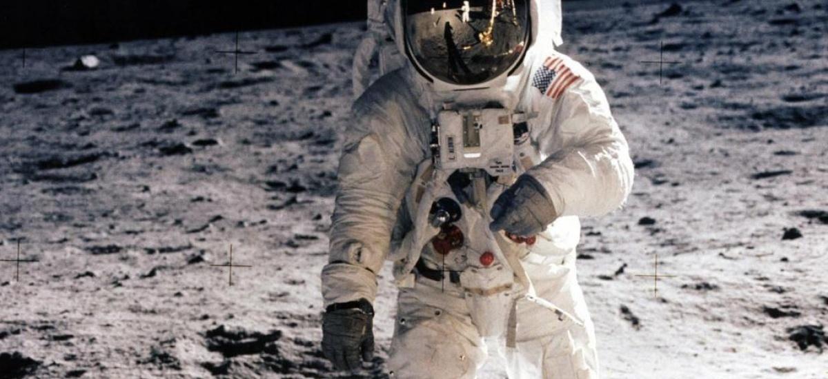 Teleco celebra el medio siglo de la llegada a la Luna con meteoritos del satélite y un exjefe de operaciones de la NASA