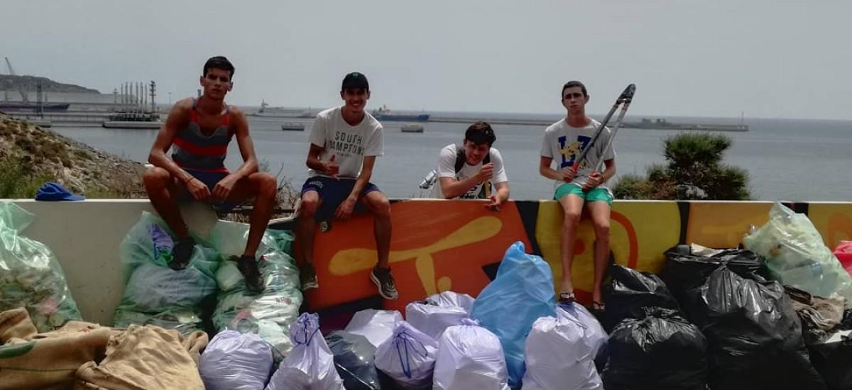 Un alumno de la UPCT impulsa un grupo juvenil de recogida de basura en playas