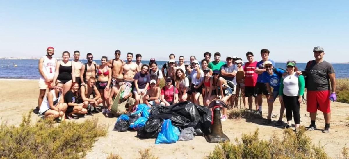 Green Beach, grupo impulsado por un alumno de la UPCT, limpia la playa de Los Nietos