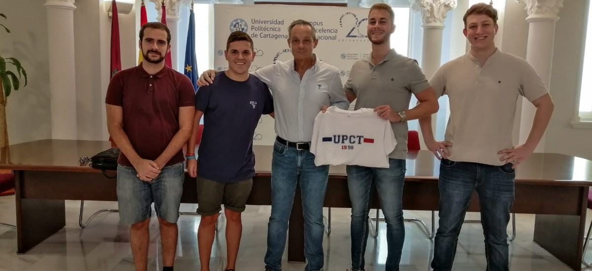 Los estudiantes donan 1.000 euros recaudados en sus fiestas para la lucha contra el cáncer infantil
