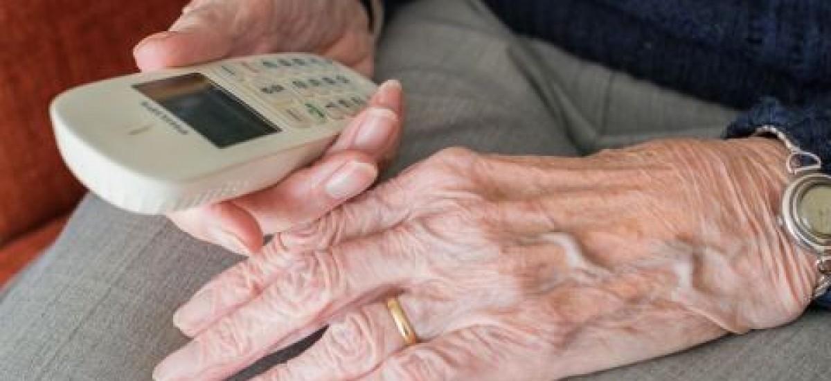 Necesitan voluntarios para acompañar de manera telefónica a personas mayores durante el confinamiento