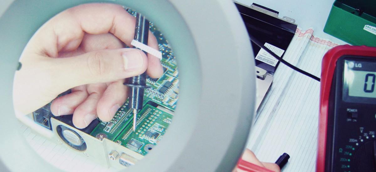 ¿Quieres estudiar Teleco? Descubre tus posibles futuros en la industria aeroespacial, como analista de datos o de software clínico