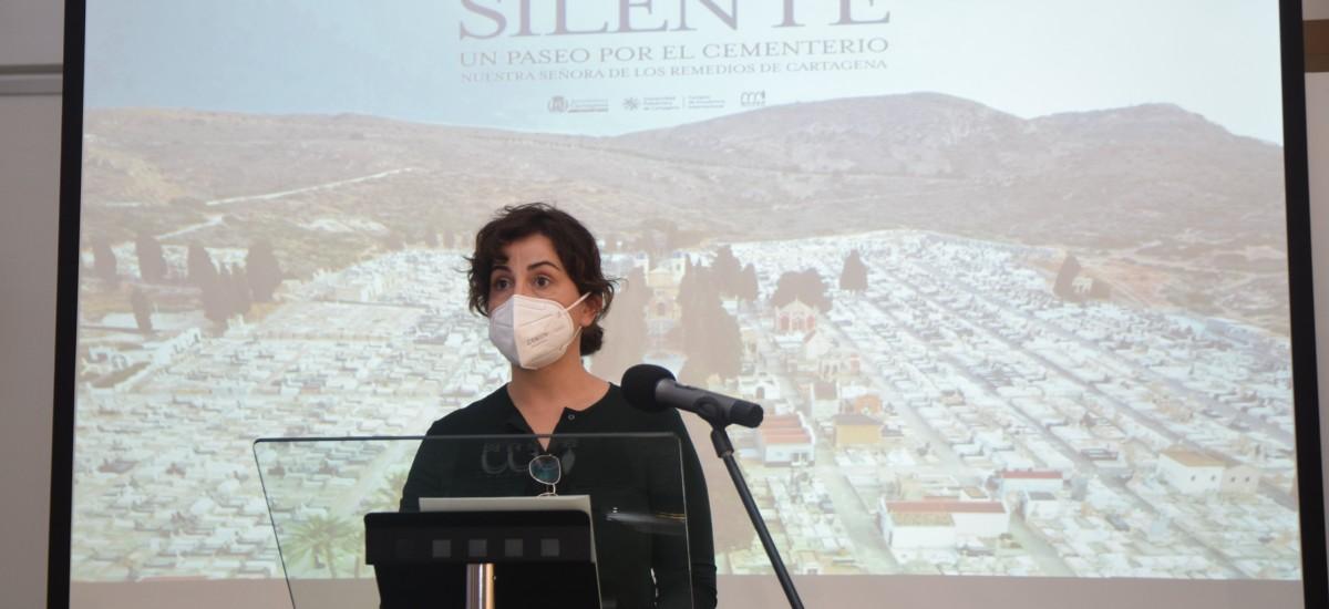 María José Muñoz presenta el libro y la exposición 'La ciudad silente', sobre los panteones del cementerio de Los Remedios