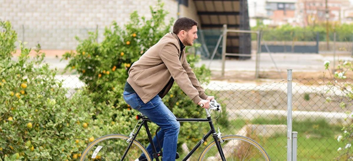 Un egresado de Civil diseña unas luces de bajo coste que hacen visible una bicicleta a 2 kilómetros de distancia