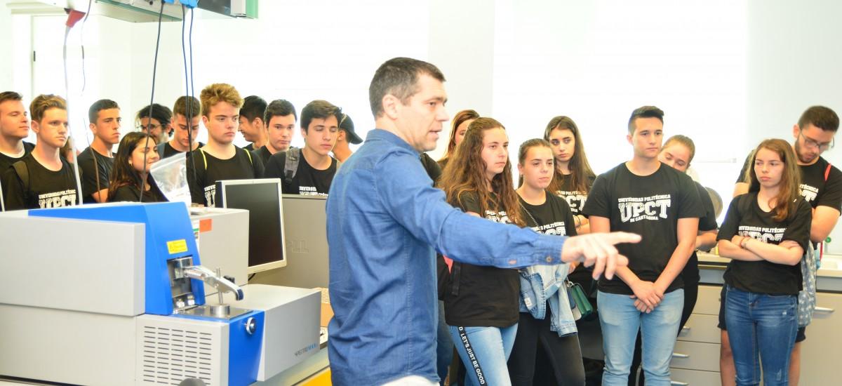 Foto: Estudiantes del Ruiz de Alda conocen las instalaciones donde se investigan los microplásticos marinos en el proyecto PALS